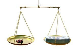 skalor med medicin på ena sidan och oss pengarsedlar på den andra på en vit bakgrund, dyrt medicinskt behandlingskoncept