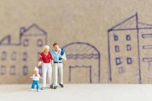 miniatyr människor som stannar hemma gör självkarantän för att undvika koronavirus, stanna hemma koncept foto