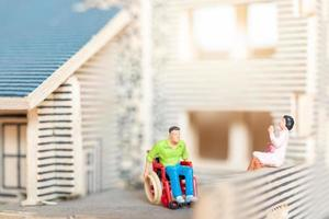 miniatyr människor som stannar hemma gör självkarantän, stanna hemma koncept foto