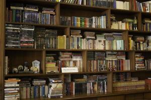 bokhylla i svag belysning