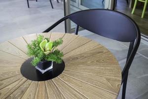 bord med grönt blommarrangemang på ett bord