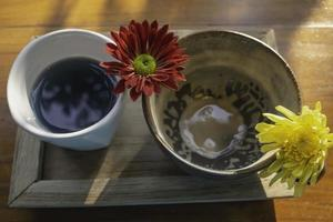 vacker keramik med blommor foto