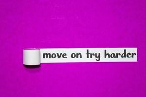 gå vidare försök hårdare text, inspiration, motivation och affärsidé på lila sönderrivet papper
