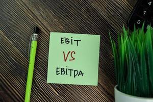 ebit vs ebitda skrivet på fästis isolerad på träbord