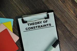 teori om begränsningar skrivna på pappersarbete isolerad på träbord