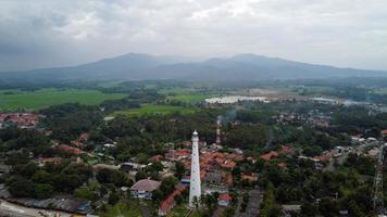 banten, Indonesien 2021 - Flygfoto över fyren havet rock solnedgång landskap