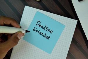 deadline förlängd skriven på fästis isolerad på träbord
