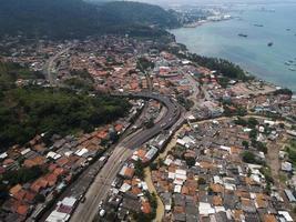 Banten, Indonesien 2021 - Flygfoto över marinhamnen i Pelabuhan Merak och stadens hamnö
