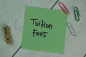 studieavgifter skrivna på fästis isolerad på träbord