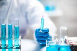 forskare som håller en spruta