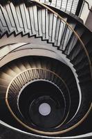 spiralformade mörkbruna trappor foto
