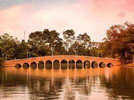 röd vintage bro foto
