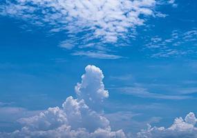blå himmel vita moln himmel vita moln foto