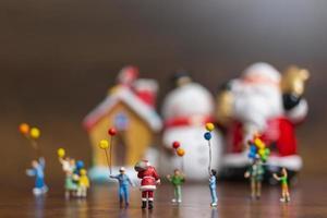 miniatyr Santa Claus och barn som rymmer ballonger, god jul och gott nytt år koncept