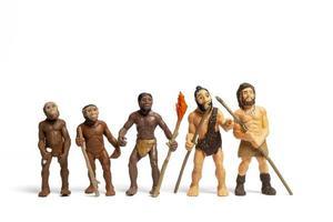 historisk mänsklig utveckling av människan som håller vapen från primater, neandertalare, till homo sapiens