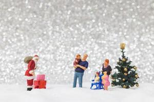 miniatyr jultomten och barn med en snö bakgrund, jul och gott nytt år koncept