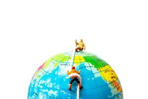 miniatyrvandrare som klättrar upp på jord-, sport- och fritidskonceptet foto