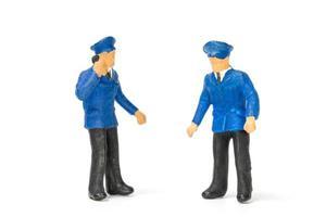 miniatyr poliser står isolerade på en vit bakgrund