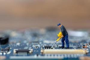 miniatyr person som arbetar på en CPU-styrelse, teknologikoncept