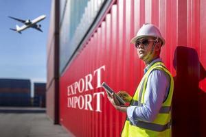 föreman kontroll övervakar container export foto