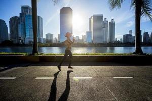 kvinna som kör i en stad under soluppgång foto