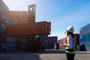 kvinna förman controller övervakar last export