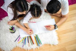 familj färgning tillsammans foto
