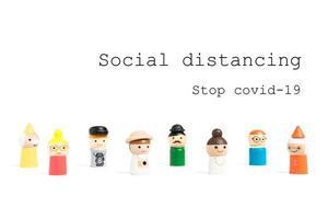 sluta covid-19 social distanseringstext med miniatyrfolk på en vit bakgrund, social distanseringskoncept foto