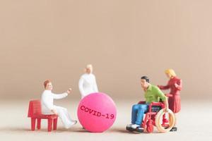 miniatyrläkare som forskar och utvecklar ett coronavirusvaccin, medicin för att stoppa covid-19-utbrottskonceptet