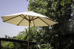 vitt utomhusparaply foto