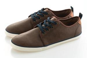 bruna läderskor på vit bakgrund foto