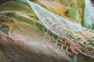 makramknutar som dekorerar en skrynklig sjal foto