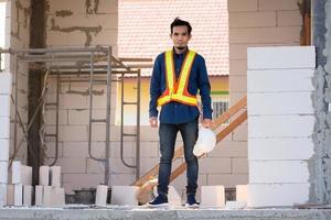 byggnadsingenjör står på byggarbetsplatsen