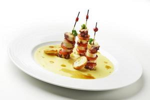 mini bläckfisksmörgåsar och sojakräm med kikärter foto