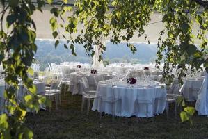 tält med dekorerade bord för utomhusbankett foto