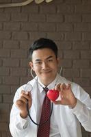 närbild av läkare händer med hjärta foto