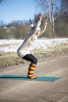 en ung atletisk kvinna utför yoga- och meditationsövningar utomhus foto