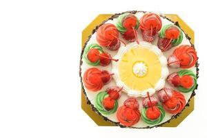 glasskaka med jultema och körsbär på toppen