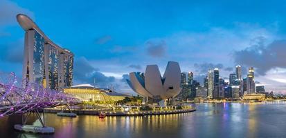 singapore stadsbildshorisont vid marinabukten på skymningstiden foto