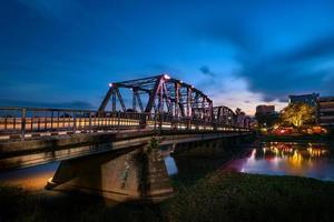 den historiska järnbron vid Chiangmai-staden, Thailand foto