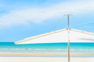 paraply på den tropiska stranden