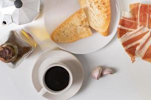 andalusisk frukost på vit bakgrund