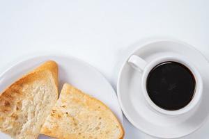 svart kaffe och rostat bröd