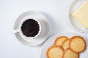 svart kaffe och kakor foto