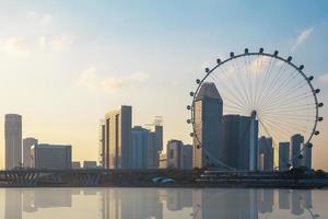 singapore, 2021 - jätte pariserhjul och stadsbild vid solnedgången foto
