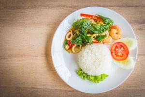 kryddat stekt basilikablad med skaldjur och ris foto