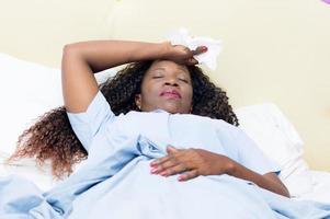 sjuk ung kvinna foto