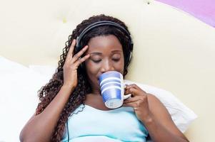 ung kvinna vaknar upp i musik och god humor foto