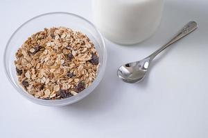 spannmålsfrukost i en skål på vit bakgrund foto