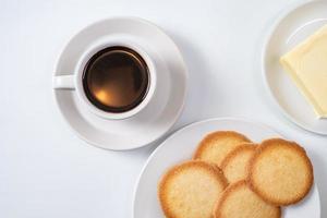 kopp kaffe med kakor på vit bakgrund foto